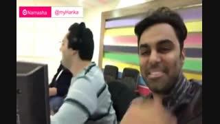 بازیگر استقلالی در کنار محمدرضا  احمدی در حین گزارش زنده  بازی استقلال