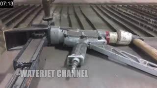 برش یک دستگاه صنعتی با فشار آب
