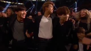 لحظه ی دریافت جایزه  BTS  در Billboard Music Award