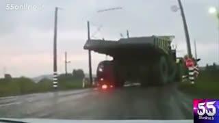 لحظه آتش گرفتن و ترکیدن لاستیک کامیون غول پیکر