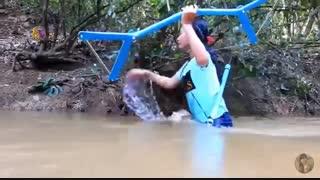 دختر کوبایی و صید ماهی در رودخانه
