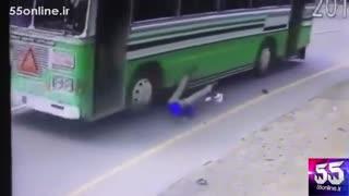پرتاب شدن مسافر از اتوبوس در حال حرکت در اندونزی