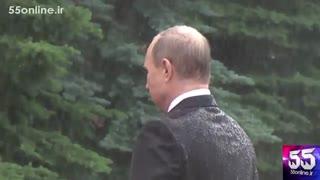احترام پوتین به کشته شدگان کشورش زیر باران شدید بدون چتر