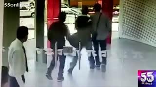 وقتی مامور امنیت بانک قبل از ورود سارقان درب را میبندد !