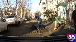 لحظه سقوط کارگر راهسازی به درون حفره 10 فوتی در روسیه