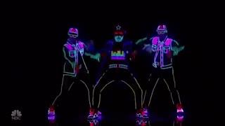 اجرای خیلی زیبا رقص با لباس ها و نور پردازی neon