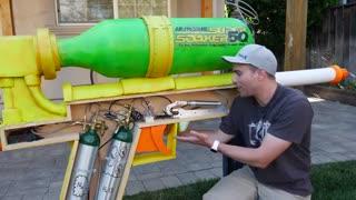 یک آب بازی هیجان انگیز با بزرگترین تفنگ آبپاش دنیا
