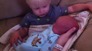 برادر بزرگتر برای اولین بار برادر کوچیکش رو میبینه و ...