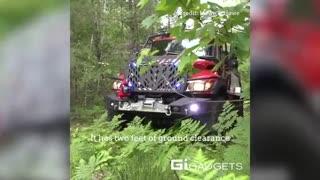 کامیون هیولایی که به کمک آتش نشان ها می رود