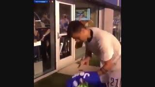 امضا کردن پیراهن بارسلونا توسط دیبالا