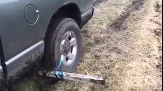 ترفندی جالب برای در آوردن خودرو از زمین باتلاقی