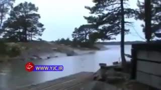 لحظه حیرت انگیز برخورد صاعقه با رودخانه (همانا در این ها براى مردمى که ایمان دارند نشانه هایى [عظیم از قدرت خدا ]است)