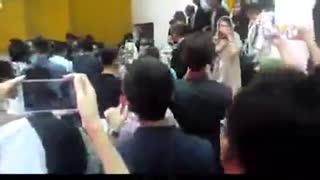 هجوم «لشکر سلفی بگیران» به لابی تالار وزارت کشور برای گرفتن سلفی در جشن حافظ