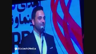 احسان علیخانی جایزه بهترین چهره تلویزیونی خود در جشن حافظ را به خانواده شهید حججی تقدیم کرد
