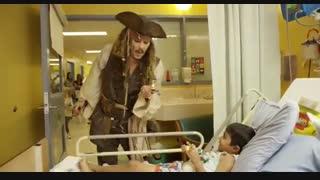 جانی دپ با لباس جک گنجشکه به عیادت بیماران می رود