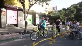 دوچرخه سواری رضا کیانیان در بلوار کشاورز
