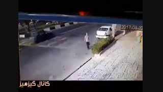 مردی که در تهران چندبار تلاش میکنه خودشو زیر ماشین بیندازه تا دیه بگیره که آخر هم ماشین میزنه بهش