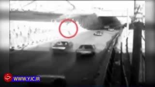 لحظه برخورد زندانی فراری با خودرو در مشهد