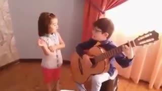 اجرای ترانه گل مریم توسط دو کودک با مزه !!