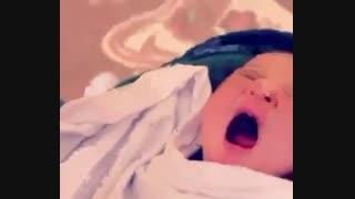 مادر زادی خوانندس ...بچه هایه مردم خواننده میشن ما ....
