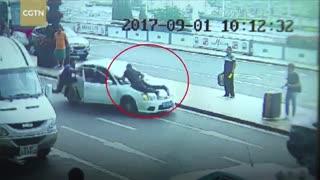 شجاعت این پلیس مثال زدنی است