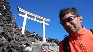 بالاتر از ابرها بر فراز قله فوجیAbove the clothes, on the top of Fuji summit