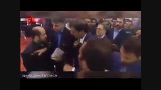 فرار رئیس کل بانک مرکزی جمهوری اسلامی ایران از بین مردم معترض (در تهران)